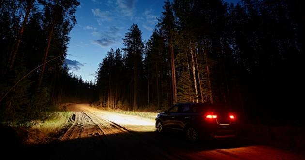voiture dans la nuit