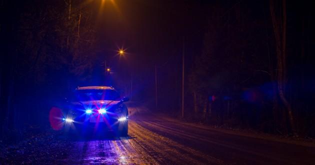 voiture de police dans la nuit