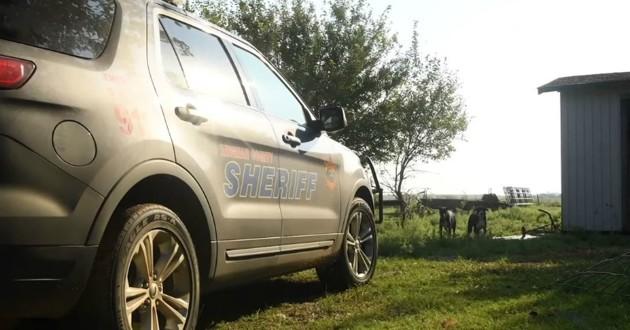 voiture sheriff garée devant maison