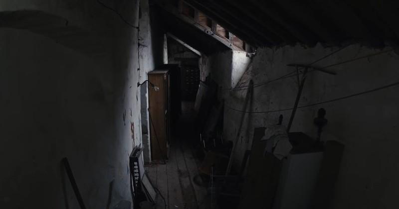 Il trouve une petite boite ancienne de 120 ans dans la cave : à l'intérieur il y a les plus beaux des souvenirs