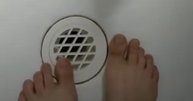 Il entre dans la douche et sent quelque chose frôler son pied : il pousse un cri de surprise