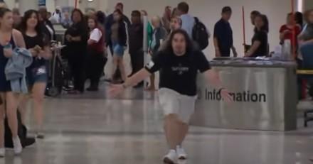 Un homme se met à crier au milieu d'un aéroport : les voyageurs sont sous le choc en découvrant la vérité
