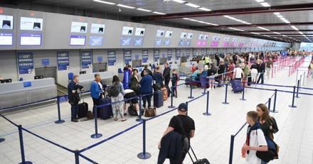 Le Golden Retriever fixe le plafond de l'aéroport : ce qui se cache dedans laisse les voyageurs sans voix