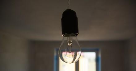 Ils entrent dans un appartement plongé dans le noir : quand la lumière s'allume, c'est l'enfer !