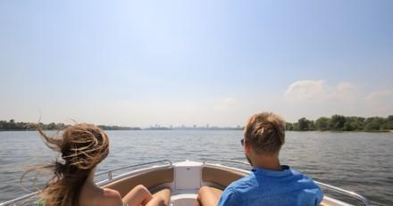 Balade en famille sur le lac : 30 minutes après le départ, un détail fait paniquer tout le monde !