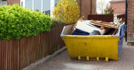 Il ouvre la benne à ordures pour y jeter ses poubelles : ce qu'il découvre lui fait froid dans le dos