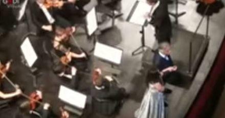 En plein concert, le chien d'Andrea Bocelli fait irruption sur scène (Vidéo)