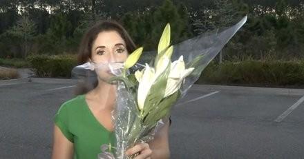 Il ramène un joli bouquet à la maison en pensant faire plaisir, mais son chat court un danger mortel (vidéo)
