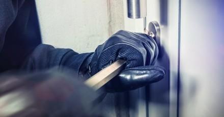 Un homme armé le réveille au bout milieu de la nuit et fait une demande très étrange