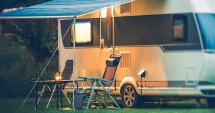 Il barbote tranquillement dans la piscine du camping, la police arrive et brise les vitres de son camping-car