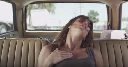 Une campagne « torride » pour rappeler les dangers de laisser son chien dans une voiture fermée (Vidéo)