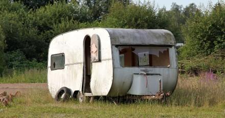 Ils démolissent une caravane, soudain ils entendent des cris déchirants à l'intérieur