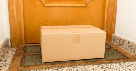 Il voit un carton devant chez lui : il s'approche et la boite se met à bouger !
