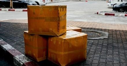 Il voit un homme déposer un carton dans une boite à dons : à l'intérieur, le choc !