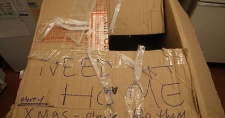 Par un froid polaire, il trouve une boite en carton devant la porte : le mot inscrit dessus lui donne des frissons