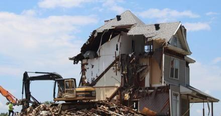 En plein chantier de démolition, ils abattent les murs quand ils font une découverte qui remet tout en cause (vidéo)
