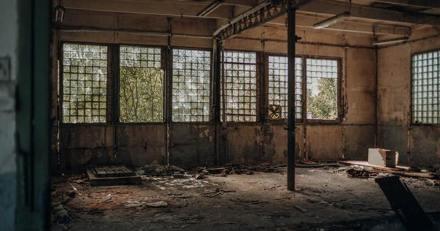 En plein chantier de démolition, une forme tombe du mur : en regardant de plus près, il est pris de nausée