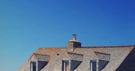 Ils emménagent dans une maison et entendent des bruits sur le toit : les voisins arrivent en courant