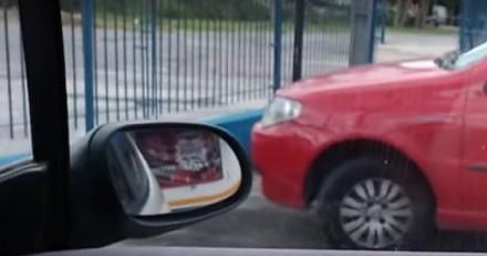 Il sort de la pharmacie, de retour dans sa voiture une surprise de taille l'attend sur un fauteuil