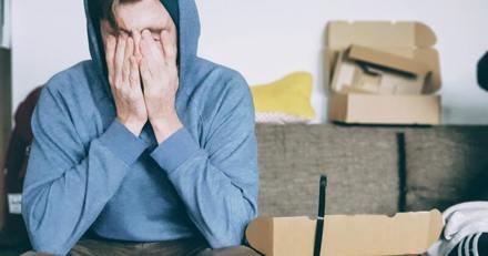 Un garçon croit qu'il va récupérer un colis, à la place sa mère lui fait une surprise qui le fait éclater en sanglots