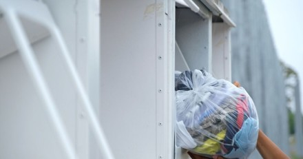 Bruits bizarres dans le conteneur de vêtements : quand les policiers regardent à l'intérieur, ils restent sans voix