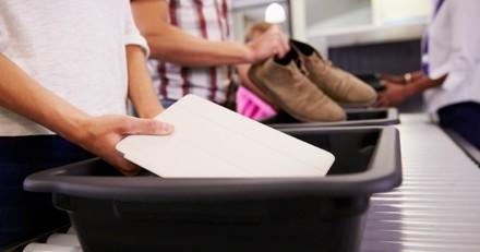 Contrôle de sécurité à l'aéroport : quand les policiers ouvrent leur sac, ils restent bouche bée