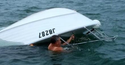 Son bateau chavire : l'équipe de sauvetage arrive et découvre quelque chose de miraculeux sous la coque