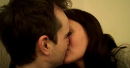 Un couple échange un baiser : tout à coup, un chien arrive, leur saute dessus et tout bascule !