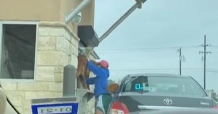 Drive de Starbucks : la fenêtre de la voiture devant s'ouvre et il reste bouche bée en voyant qui en sort