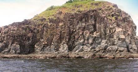 Ombre au milieu d'une falaise : il se rapproche doucement et appelle à l'aide sans perdre une seconde