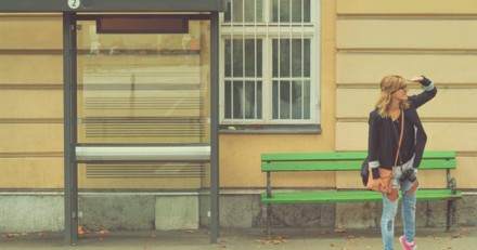Alors qu'elle attend le bus, elle voit une poussette et ne peut pas s'empêcher d'intervenir