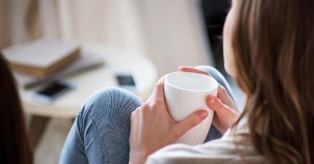Elle tourne la tête 10 secondes : ce qu'elle découvre au fond de sa tasse de café la fait exploser de rire