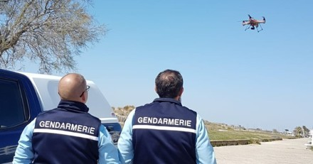 Grâce à un drone, la gendarmerie repère quelque chose sur la plage : en arrivant, ils ont une grosse surprise