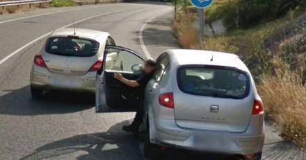 Google Street View photographie un homme qui sort de sa voiture sur l'autoroute : la raison laisse sans voix !
