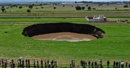 La terre tremble et crée un gouffre spectaculaire, deux toutous sont pris au piège de la pire façon (vidéo)