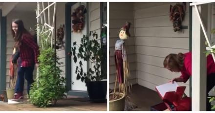 La grand-mère trouve un paquet devant sa porte, quand elle l'ouvre elle se met à pleurer (Vidéo)