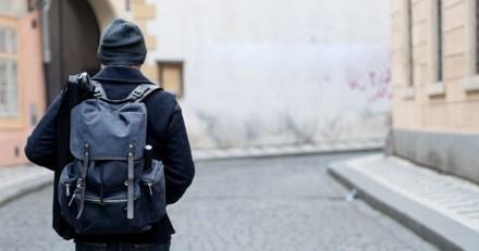 Un homme ivre cache quelque chose sous son manteau : les passants savent qu'il faut agir de toute urgence