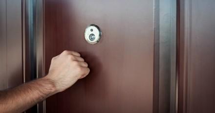 On frappe : elle entrouvre la porte et se met à trembler de peur quand elle comprend