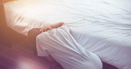 Ombre sous son lit : il se baisse et fait une découverte qui va changer sa vie