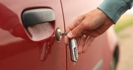 Un homme vole une voiture, mais quand il réalise ce qu'il y a à l'intérieur, il fait quelque chose de bien pire