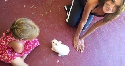 Giulia aux pays des merveilles : la fille de Carla Bruni pose aux côtés du lapin blanc