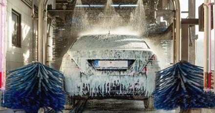 Il emmène sa voiture dans une station de lavage : 20 minutes après, il n'en revient pas de voir qui vient d'entrer
