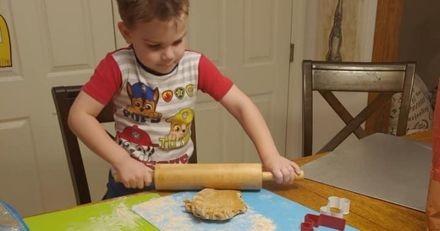 Pour aider le refuge de son toutou, ce garçon de 4 ans vend des friandises pour chien qu'il prépare lui-même !