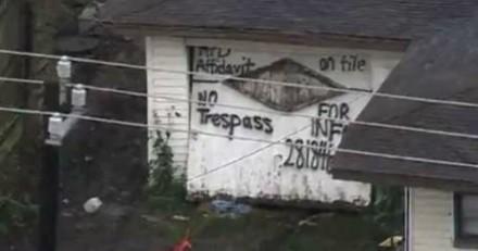Il entre dans une maison pour fumer de l'herbe, ce qu'il voit lui arrache un cri (Vidéo)
