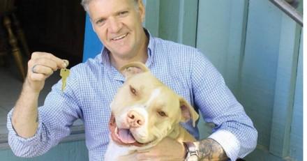 Ce couple sans abri retrouve une maison grâce à leur chien ! (Vidéo)