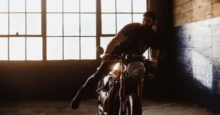 Il descend dans son garage et découvre une forme sous sa moto qui lui donne le tournis
