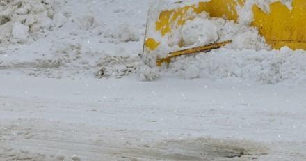 Un homme voit quelque chose par terre dans la neige : il se baisse et pousse un cri de colère