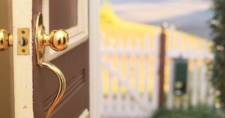 Après s'être fait voler son chien, elle ouvre la porte de sa maison et tombe des nues ! (Vidéo)