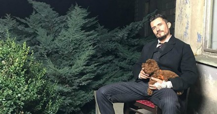 Orlando Bloom a une technique bien à lui pour faire du vélo avec son chien !