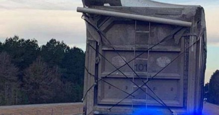 Il voit une ombre sur le toit d'un camion sur la route, accélère et n'en croit pas ses yeux